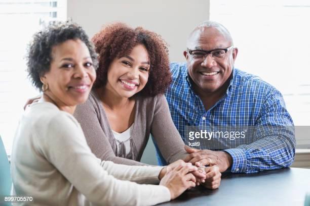 jonge afro-amerikaanse vrouw zit met haar ouders - afro amerikaanse etniciteit stockfoto's en -beelden