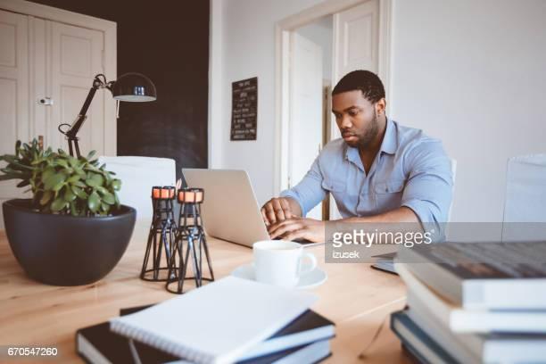 Junge Afro amerikanische jungen Mann arbeiten im home-office