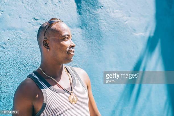 junge Afro-karibischen Kuba vor blauer Wand