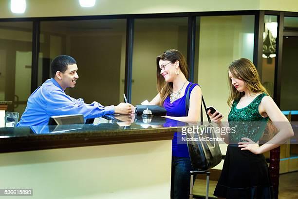 Jovem mulher a registar no hotel secretária