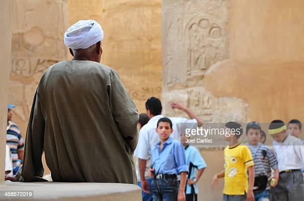 junge und alte menschen in ägypten - nordafrika stock-fotos und bilder