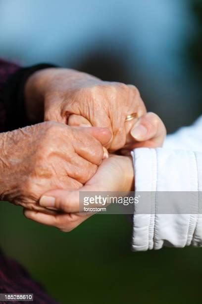 Junge und ältere Frauen Hände halten
