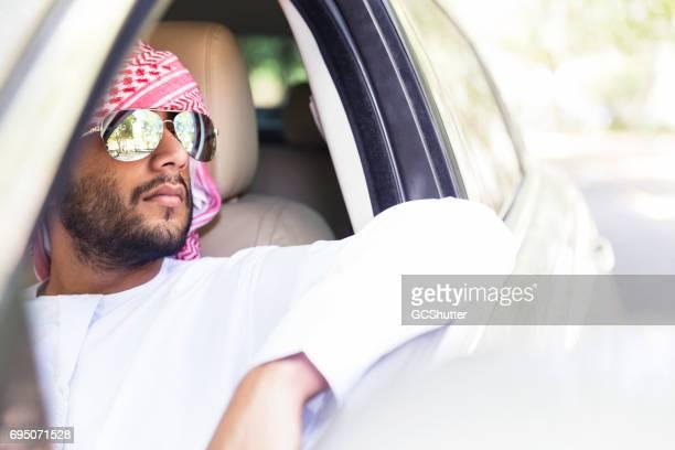 彼のドライブを楽しんでいる若いアラブ