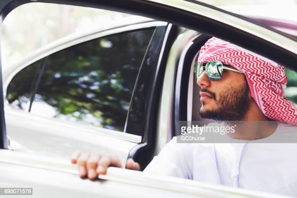 彼の高級車を出て若いアラブ