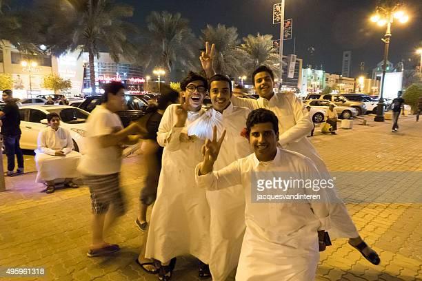 jovem árabe homens na rua principal de riade - riyadh - fotografias e filmes do acervo