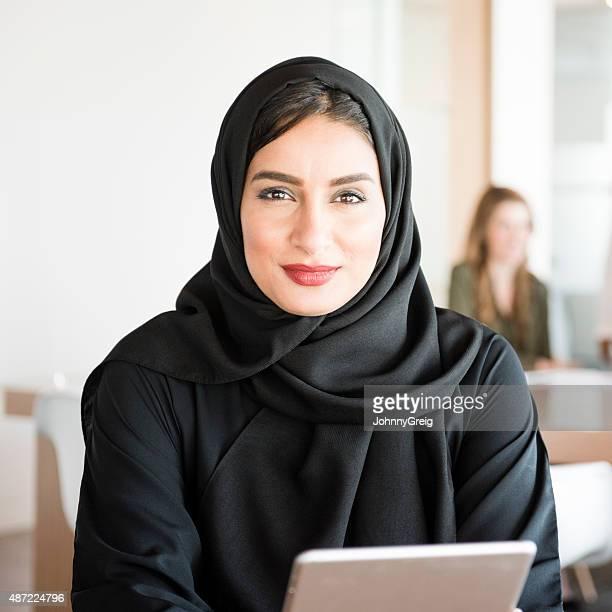 アラビアの若い女性の現代的なオフィス