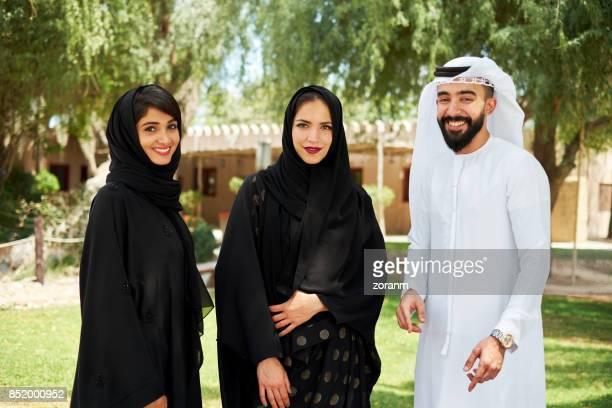 jovens árabes em roupas tradicionais - vestuário modesto - fotografias e filmes do acervo