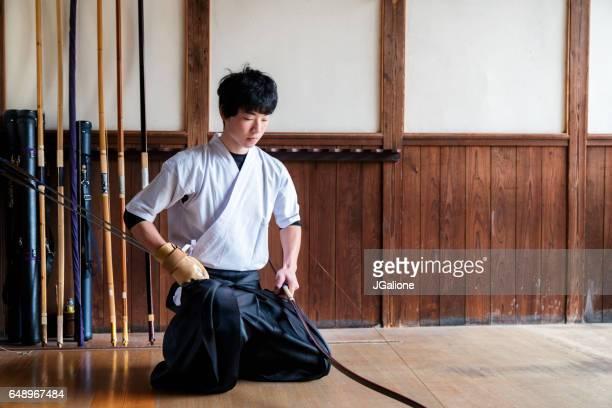 若いアーチャー一時停止に彼の練習を開始する前に敬意