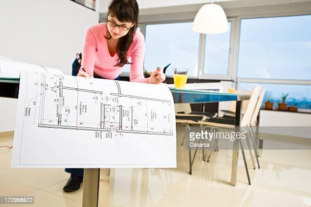 Jeune architecte travaillant