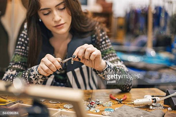 Junge Handwerker in Handarbeit geschäft