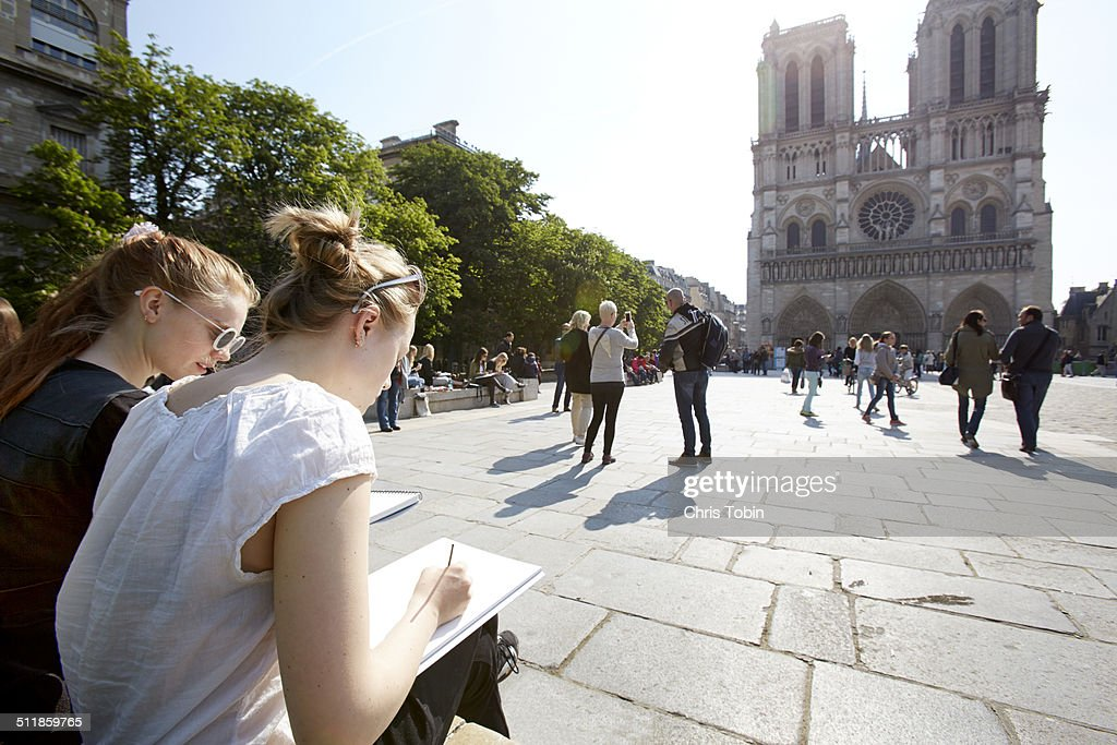 Young artists sketching Notre Dame Paris : Stock-Foto