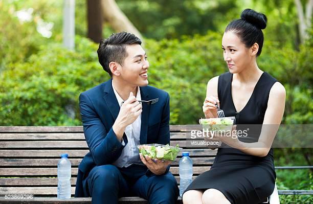Junge asiatische Kollegen zu Mittag essen