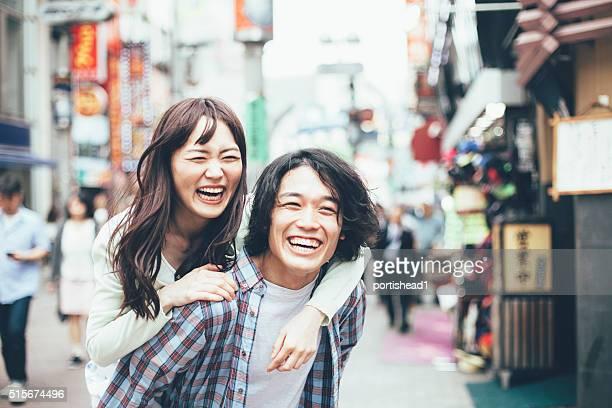 Junge asiatische paar Spaß