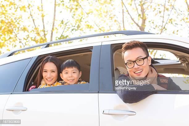 Junge asiatische Familie reisen