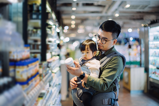 Young Asian father with cute little daughter grocery shopping for daily necessities in supermarket - gettyimageskorea