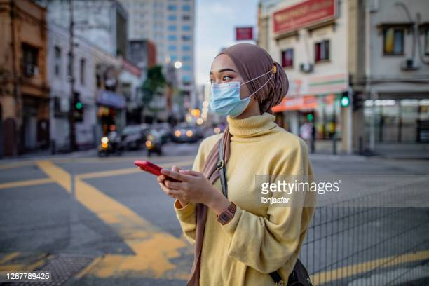 jong aziatisch meisje dat telefoon gebruikt - maleisië stockfoto's en -beelden