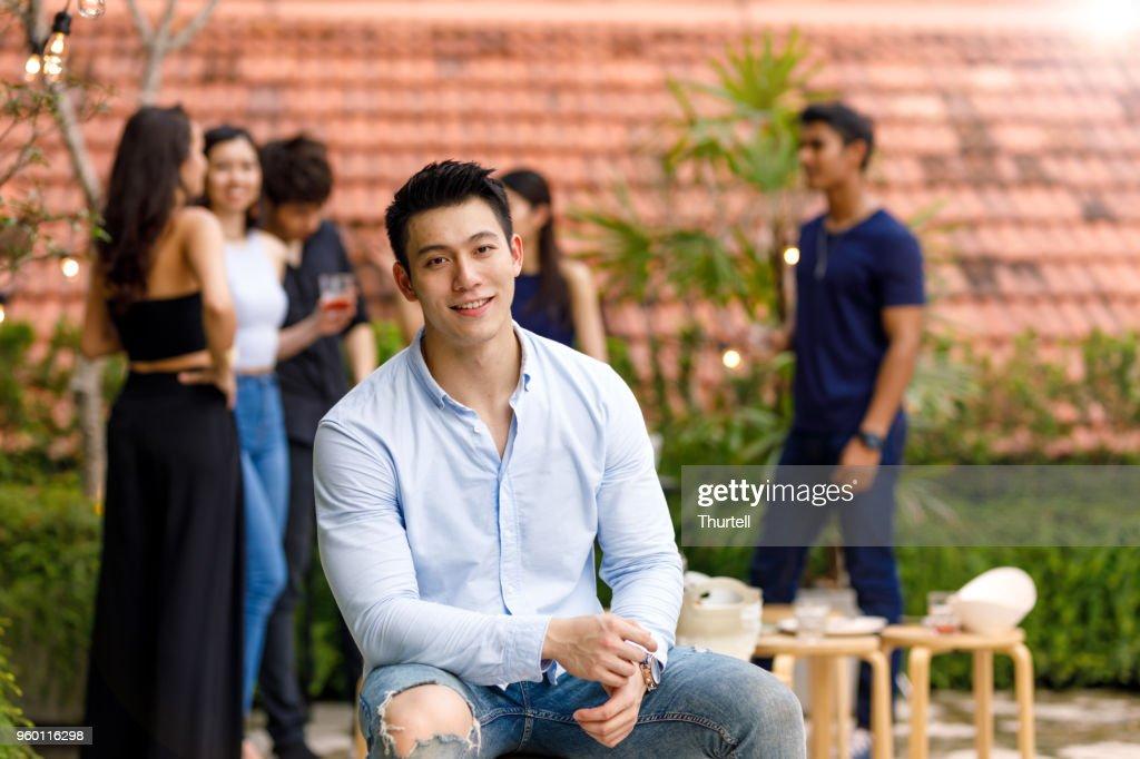 Junge asiatische Mann Outdoor Roof Top Party mit Freunden genießen : Stock-Foto