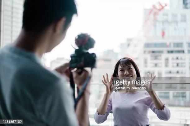vlogを楽しむ若いアジアの男女 - 映像撮影 ストックフォトと画像