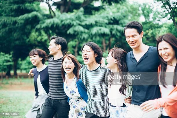 若いアジア人の公園でお楽しみください。