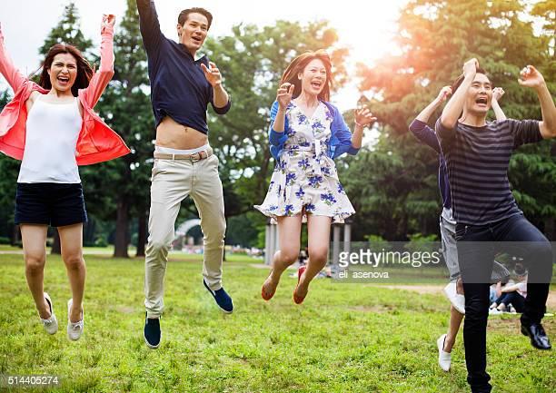 若いアジア人でお楽しみください。東京の公園