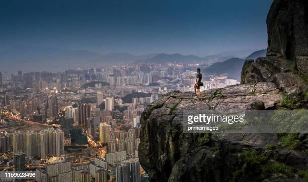 joven aventura turística asiática tomar foto del paisaje urbano de hong kong skyline en suicide cliff el lugar turístico famaus en hong kong - paisajes de hongkong fotografías e imágenes de stock