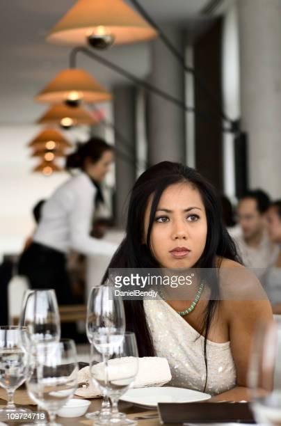 Jeune asiatique femme assise au Restaurant raffiné