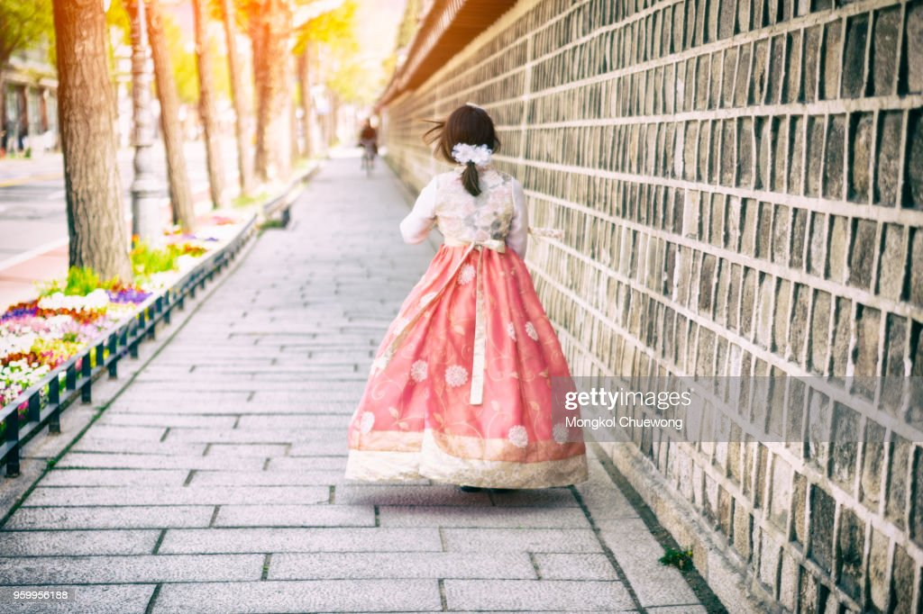 Young asian woman traveler in korean national dress or Hanbok walking traveling into the Gyeongbokgung Palace at Seoul city, South Korea. : Stock-Foto