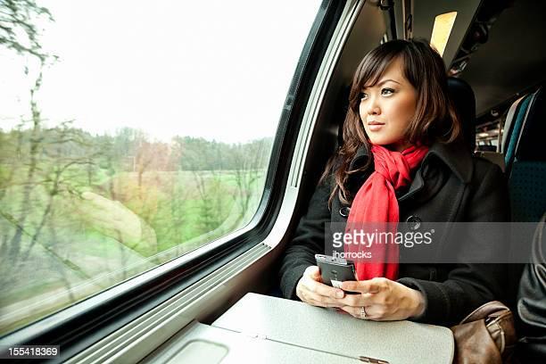 joven mujer asiática viaje en tren - pañuelo rojo fotografías e imágenes de stock