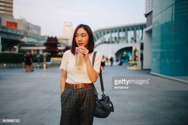 Jeune femme asiatique à pied dans le quartier du centre-ville de Bangkok