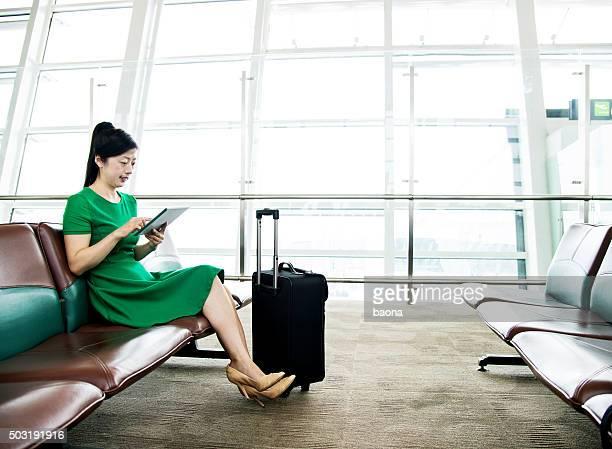 若いアジア人の女性がタブレットでチェックアウトエリア