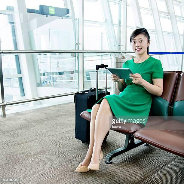 Joven mujer asiática con tablet área de salida