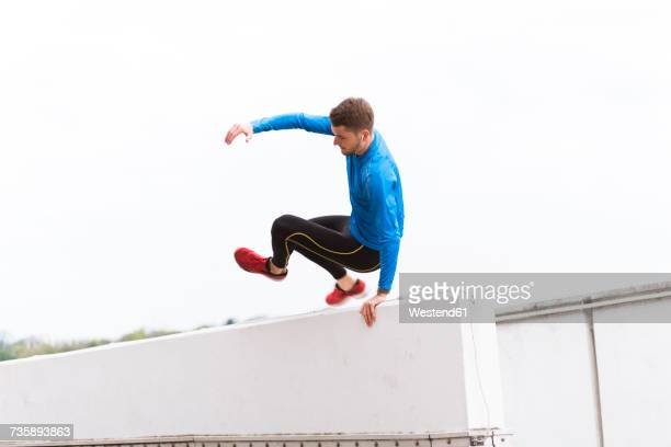 young athlete crossing a wall - problem stock-fotos und bilder