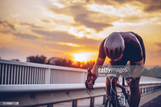 joven atleta de ciclismo - resistencia fotografías e imágenes de stock