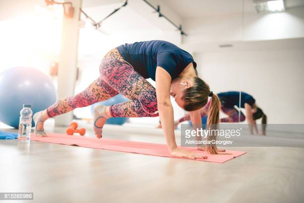 young athlete female in plank pose doing running abs - one young woman only stock pictures, royalty-free photos & images