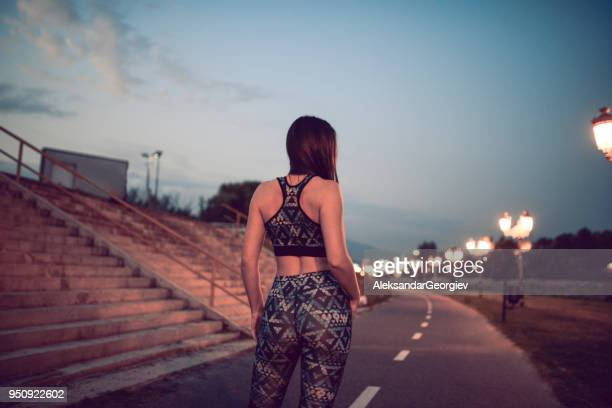 Mujer joven atleta preparándose para correr Cardio Training