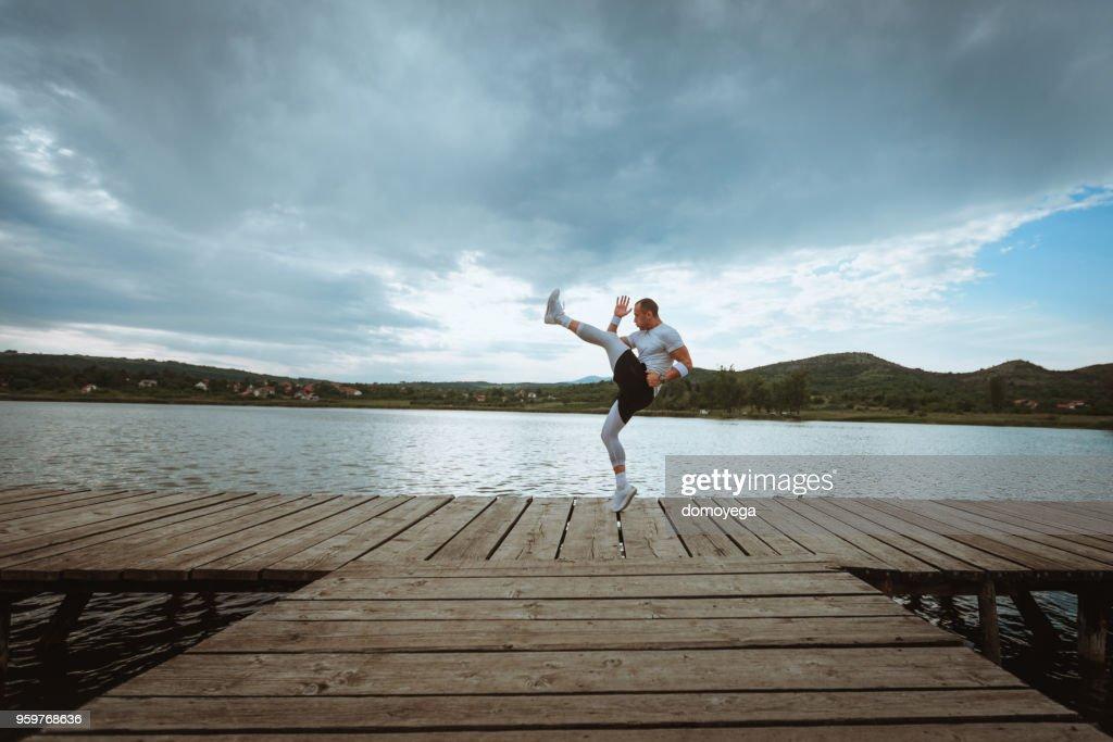 Entwicklung der jungen Athleten am See an einem sonnigen Tag : Stock-Foto