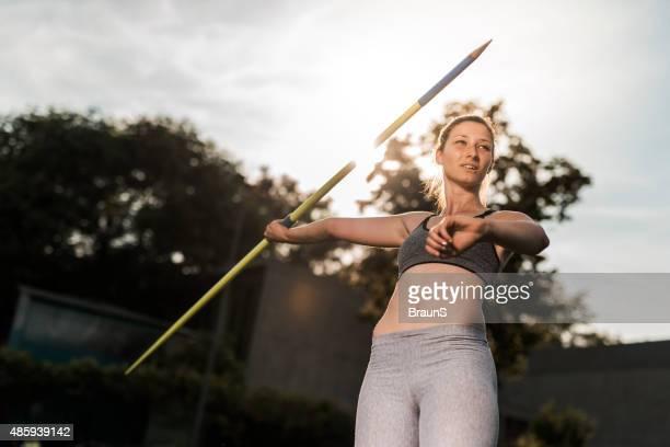若い女性のスポーツの準備を投げる、javelin ます。 - やり投げ ストックフォトと画像