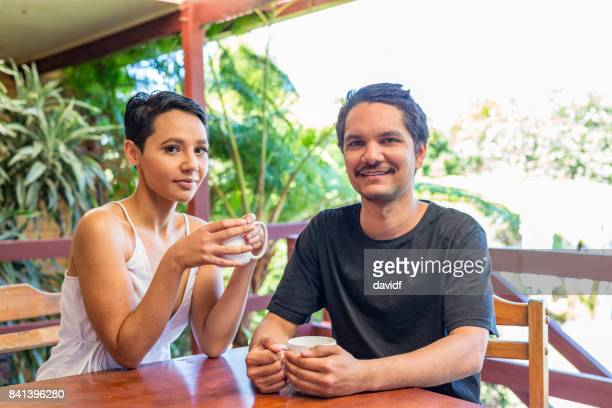 Junge attraktive Australische Aborigines paar Teetrinken zu Hause