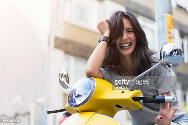 jovem atraente e scoote velho vindima - moped - fotografias e filmes do acervo