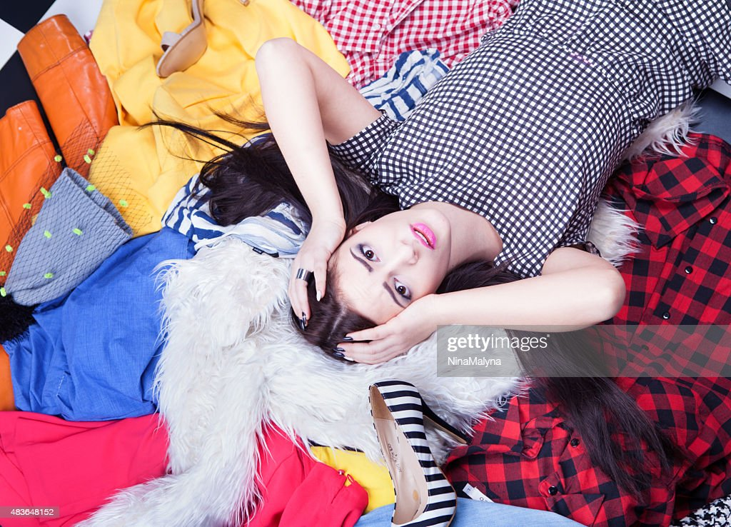 Gestresste junge attraktive Frau liegen : Stock-Foto
