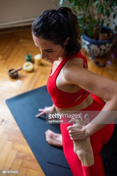 jonge aantrekkelijke vrouw in yoga pose - lotuspositie stockfoto's en -beelden