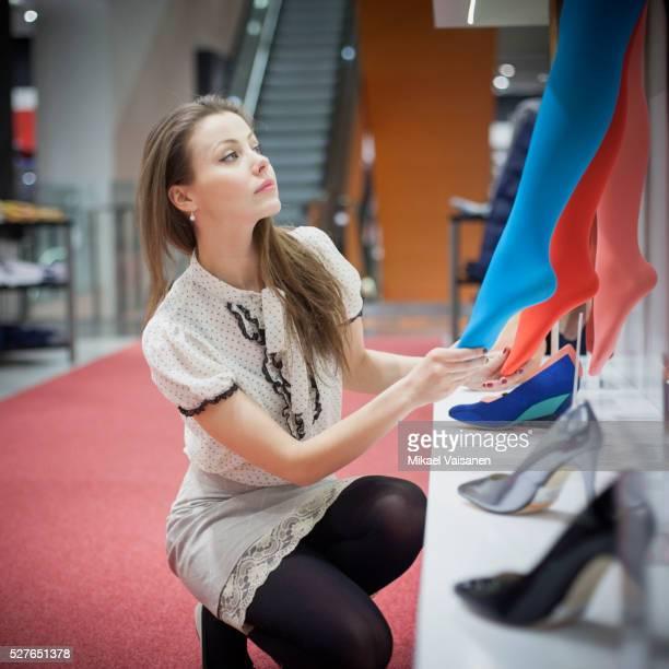 young attractive woman shopping - junge frau strumpfhose stock-fotos und bilder