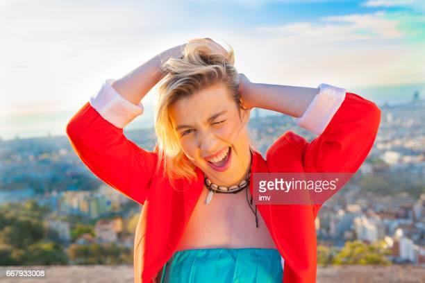 バルセロナの観光地で笑みを浮かべて若い魅力的な女性
