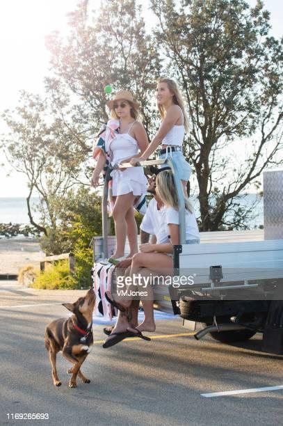 ビーチで車を持つ若いオーストラリア人 - オーストラリアンケルピー ストックフォトと画像