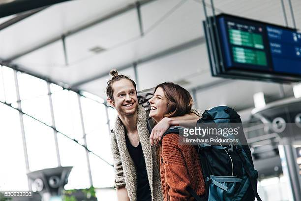 young backpacker couple at the airport - toerist stockfoto's en -beelden