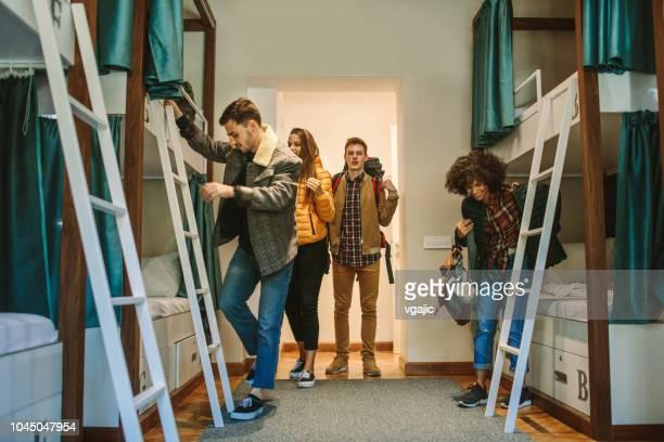 junge backpacker hostel - jonah heim stock-fotos und bilder