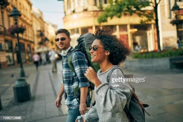 jeunes voyageurs dans la ville - escapade urbaine photos et images de collection