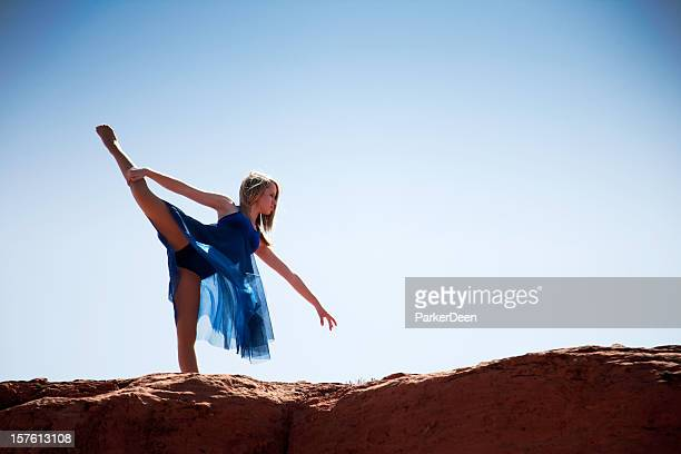 baller 砂漠の若いダンサー - アラベスクポジション ストックフォトと画像