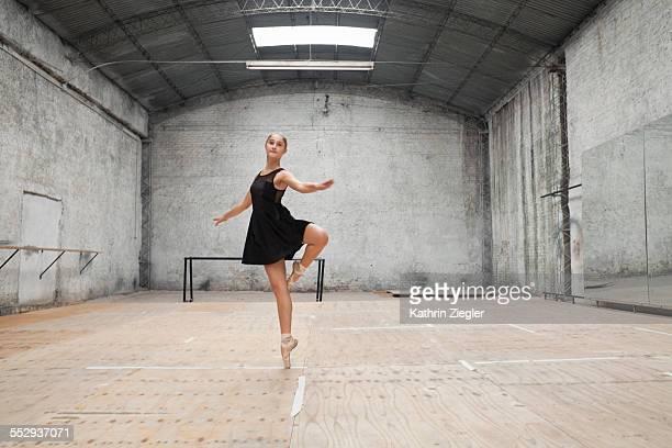 young ballerina dancing in rehearsal room - praticar - fotografias e filmes do acervo