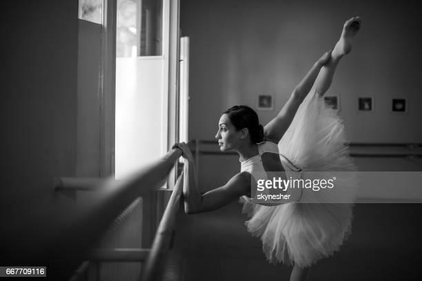 jungen ballerina stretching am ballett-tanz-studio. - ballettstudio stock-fotos und bilder